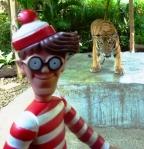 27/12/2012 – Ko Samui, Thaïlande : Charlie et son coté Chuck Norris, no fear devant les tigres