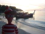04/01/2013 – Ko Lipe, Thaïlande : Charlie profite du coucher de soleil sur Sunset Beach
