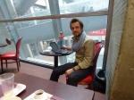 02/03/2012 – Paris, Roissy : Pas du tout impressionné à l'idée du voyage, Charlie se sent comme chez lui et fout les pieds sur la table