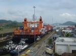 Cargo traversant le canal