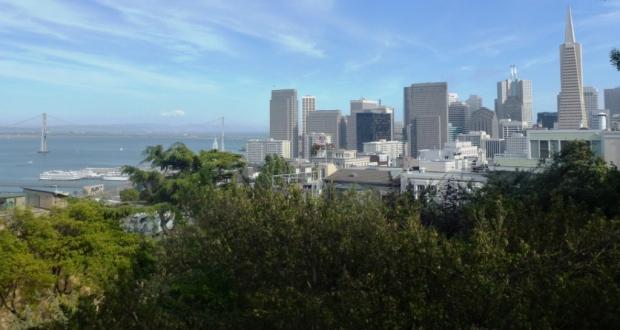 Vue depuis les abords de la Coit Tower. On distingue à gauche, le Bay Bridge, petit frère du Golden Gate Bridge, et sur la droite, la Transamerica Pyramid