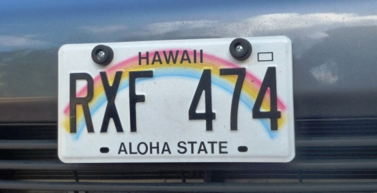 Alors il a mis du temps à comprendre Robert, mais : Aloha = Bonjour en Hawaiien = Hi en anglais et HI est le code de l'état d'Hawaii ...