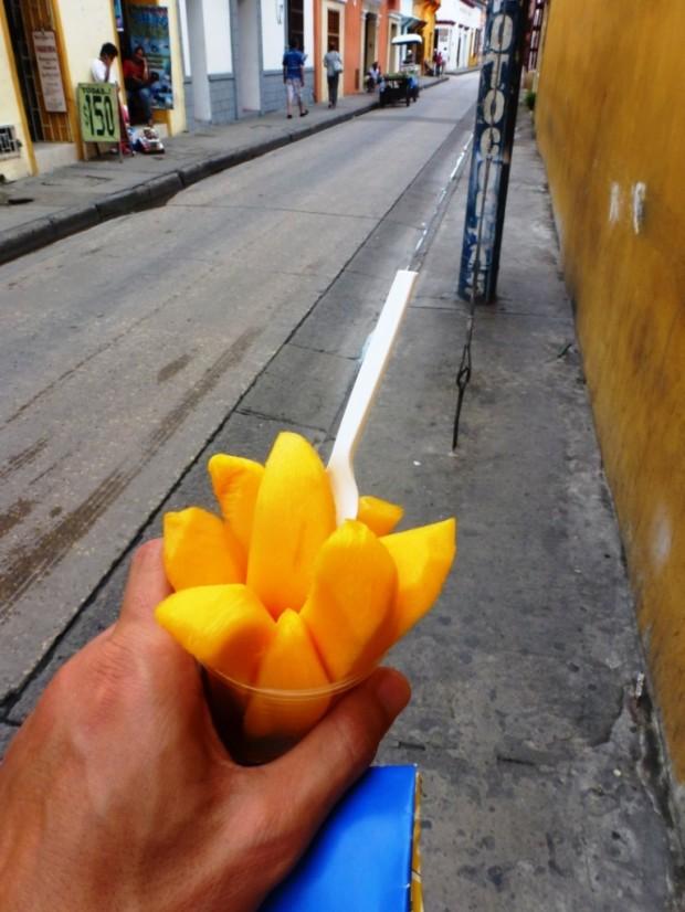 Le plaisir de la street food : une mangue our 0,5 euro !