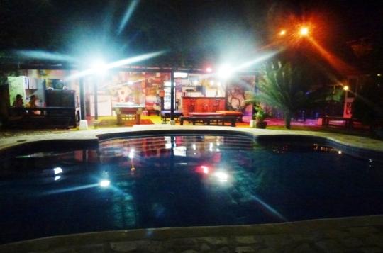 The Dreamer : son jardin, sa piscine, son bar