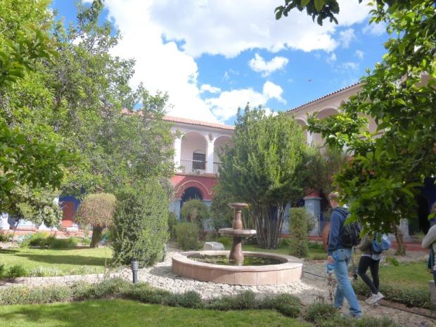 Jardin dans le monastère de l'Eglise San Frncisco